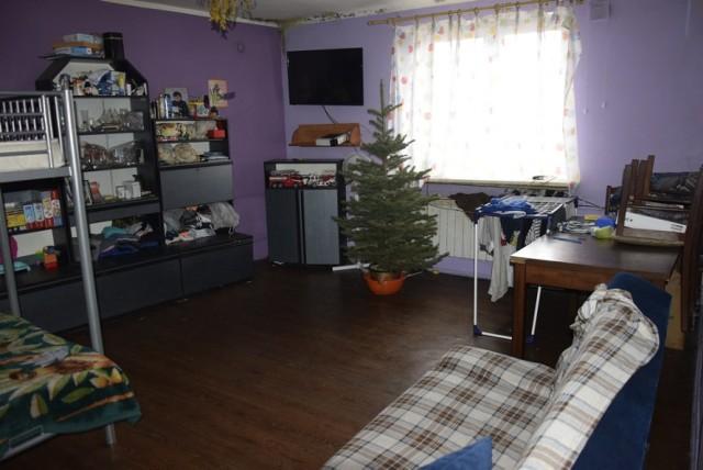 Mieszkanie jest jest zawilgocone i zagrzybione i kopci się w nim z pieca węglowego. Mieszka w nim 6 osób, w tym autystyczne dziecko