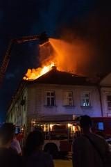 Pożar w Bochni. 51 strażaków gasiło do rana pożar kamienicy przy ul. Szewskiej [ZDJĘCIA]