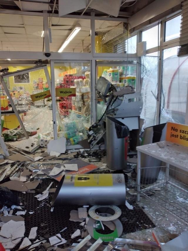 Do wysadzenia bankomatu doszło o godzinie 3 w nocy, w środku sklepu Biedronka przy ul. Gostyńska Szosa 3 w Poniecu.  Przejdź do kolejnego zdjęcia --->