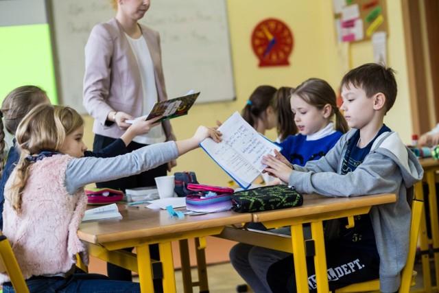 Od 1 września 2020 nauczyciele mają otrzymać podwyżkę płac. MEN zapowiada, że ich wynagrodzenie wzrośnie o 6 proc. Zdaniem związkowców to dramatycznie mało.   Szczegółowe informacje w dalszej cześć galerii >>>