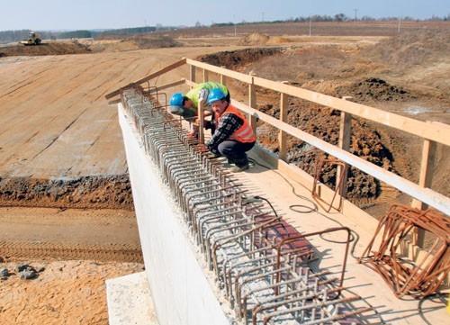 Budowlańcy zbroją kolejne przęsła mostu