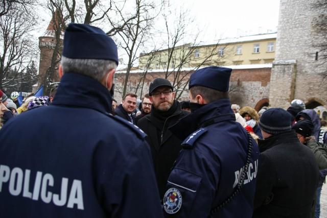 W Krakowie odbył się protest przeciwko obostrzeniom sanitarnym związanym z pandemią koronawirusa. Musiała interweniować policja.