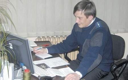 Chrzanowska policja zapowiada, że nie będzie pobłażliwa wobec pijanych kierowców bez względu na funkcję, jaką pełnią. W ciągu 11 miesięcy tego roku ujęto już 527 nietrzeźwych za kierownicą, gdy w tym samym okresie poprzedniego roku - 402. Na zdjęciu: mł. aspirant Krzysztof Krupka, który zajmuje się sporządzaniem wniosków do sądu o ukaranie nietrzeźwych kierowców FOT. AGNIESZKA FILIPOWICZ