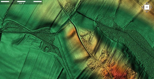 Wąska asfaltowa droga prowadzi w górę, w stronę cmentarza. Znajduje się on za dość wysokim obwałowaniem, przed którym przepływa strumień. Dopiero spojrzenie z lotu ptaka i przeskanowanie laserowe terenu uświadomiło, że droga przechodzi przez teren dużego dawnego grodu, wiele wskazuje na to, że największego w powiecie inowrocławskim