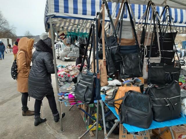 W niedzielne przedpołudnie część mieszkańców miasta, mimo sporego mrozu, zdecydowała się na spacer na koszalińską giełdę na terenach podożynkowych.