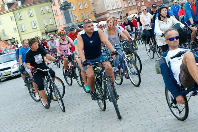 Lipcowa Masa Krytyczna. Rowerzyści pokonali 19 km przez Centrum, Ochotę i Mokotów [ZDJĘCIA]