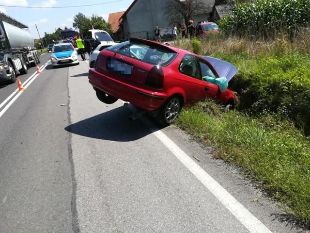Oba samochody, po zderzeniu, wpadły do rowu