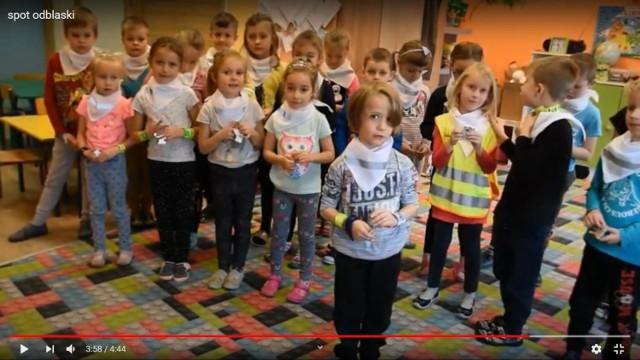"""Do noszenia odblasków zachęcają dzieci z przedszkola """"Bajkolandia"""" oraz strażnicy miejscy w Grudziądzu"""