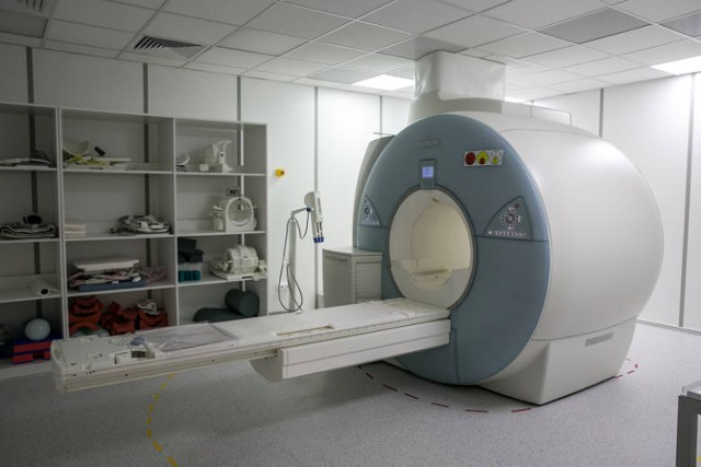 Medycy z Krakowskiego Szpitala Specjalistycznego im. Jana Pawła II korzystają z nowoczesnego rezonansu magnetycznego. Podobny będzie w Wadowicach