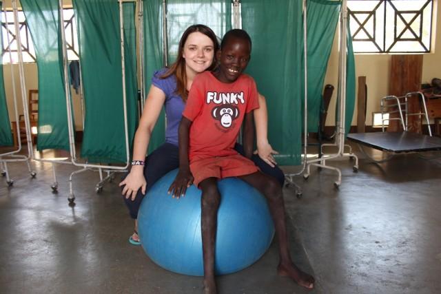Monika Jamer pochodzi z Łużnej.  Ma już za sobą pierwszy wyjazd do Kenii, gdzie pracowała z niepełnosprawnymi dziećmi. Teraz będzie podobnie, choć jest otwarta na wszystkie wyzwania