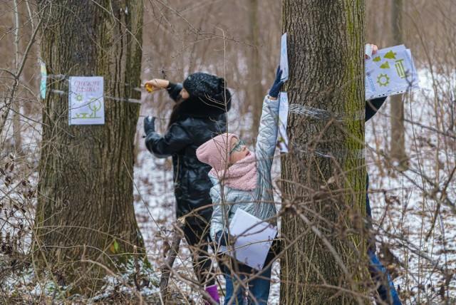 Grupa mieszkańców osiedla Nawojowska rozwieszała plakaty informujące o akcji. Chcą ocalić drzewa i starć się o utworzenie parku przy ul. 29 Listopada