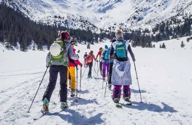 """Co prawda, z powodu kwarantanny narodowej i dodatkowych obostrzeń obowiązujących do 17 stycznia, stoki narciarskie zamknięto, to jednak w kilku miejscach w Sudetach koleje linowe wciąż działają, wożąc nie tylko turystów pieszych, ale też miłośników biegówek czy nart skitourowych. Poza tym, w kilku ośrodkach narciarskich mile widziani są saneczkarze, którzy pod nieobecność narciarzy mogą korzystać z niżej położonych, naśnieżonych tras.   Rządowe rozporządzenie zakazuje """"prowadzenia działalności związanej z obsługą stoków narciarskich"""". Nie zakazuje jednak korzystania z nart ani z samych stoków. Nie dotyczy także saneczkarzy.  Na kolejnych slajdach znajdziecie miejsca w które warto się wybrać. Przygotowaliśmy propozycje spędzenia wolnego czasu nie tylko dla miłośników nart i śniegu, ale też dla tych, którzy pozostali we Wrocławiu lub chcą odwiedzić nasze miasto."""
