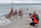 Morsy z Początku Polski rozpoczęły sezon kąpieli w 2021 roku. Helskie Morsy Cold Water pokazały, że nie ma złej pogody na pluskanie! | FOTO