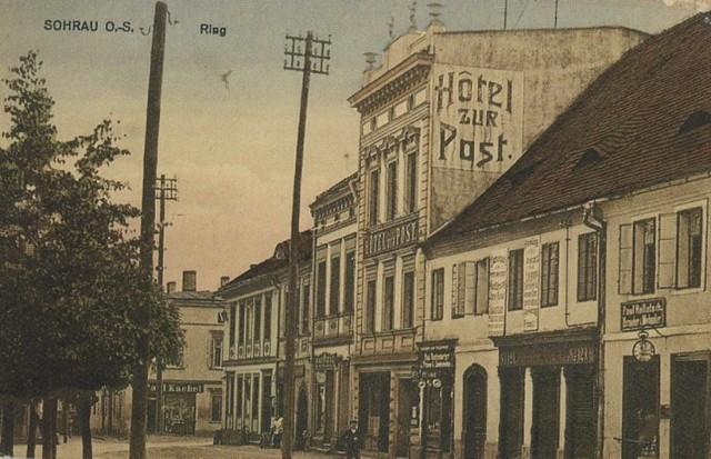 Początek XX wieku. Z prawej strony widzimy budynek zegarmistrza Pawła Hałacza i obok Hotel zur Post (potem Hotel Pod Pocztą), drugi w Żorach od 1884 r. Nazwa hotelu pochodzi od sąsiedztwa z pocztą. W okresie międzywojennym jego właścicielem był Majchrowicz.