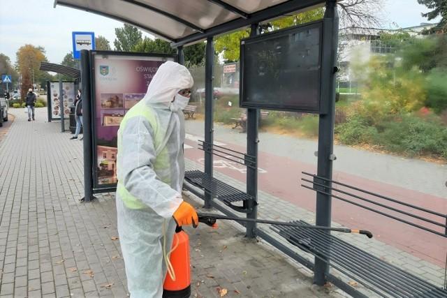 Na ulicach i placach w Oświęcimiu trwa akcja dezynfekcyjna. Działania podjęto w związku narastającą liczbą przypadków koronawirusa w mieście i powiecie oświęcimskim