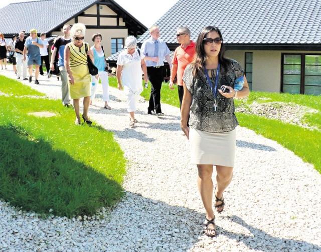 Yumi Nishiyama (na pierwszym planie) w trakcie zwiedzania ośrodka