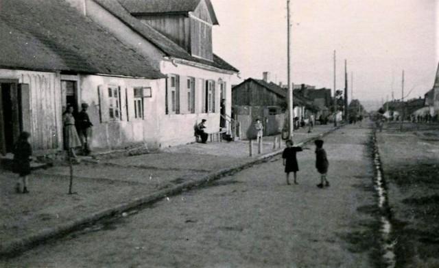 Zdjęcie w czerwcu 1941 r. wykonał nieznany, niemiecki fotograf. Powstało na ulicy Spadek, która była wówczas częścią zamojskiego getta