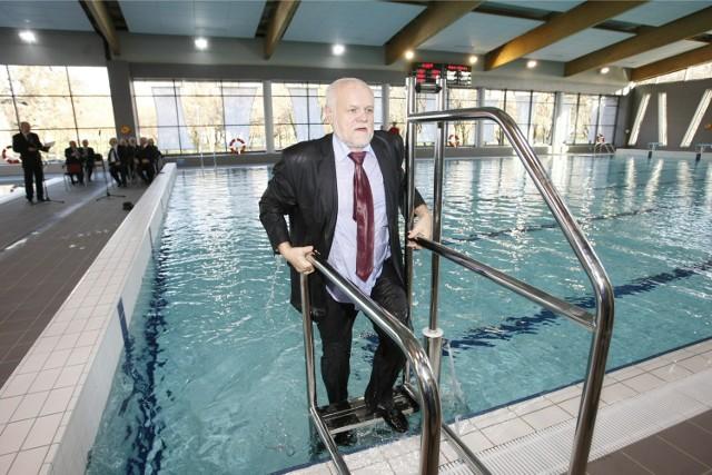 Burmistrz Franciszek Październik podczas otwarcia basenu w Oławie