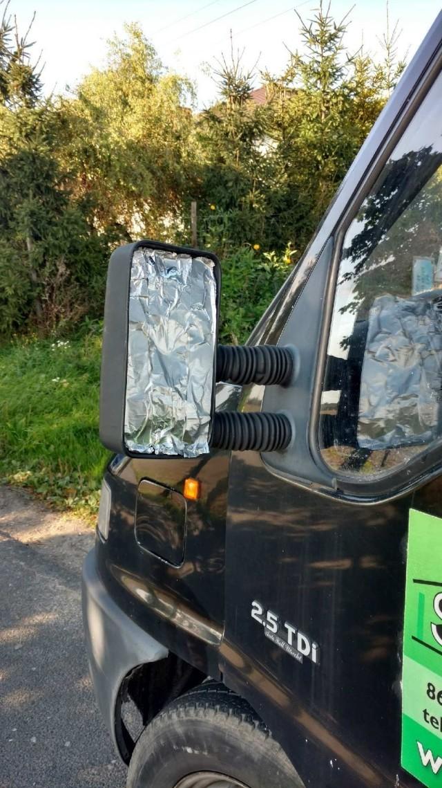 Kierowca założył sreberko zamiast lusterka i ... stracił prawo jazdy