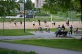 Środowa zabawa w skateparku w Busku-Zdroju. Dużo ludzi też na boiskach
