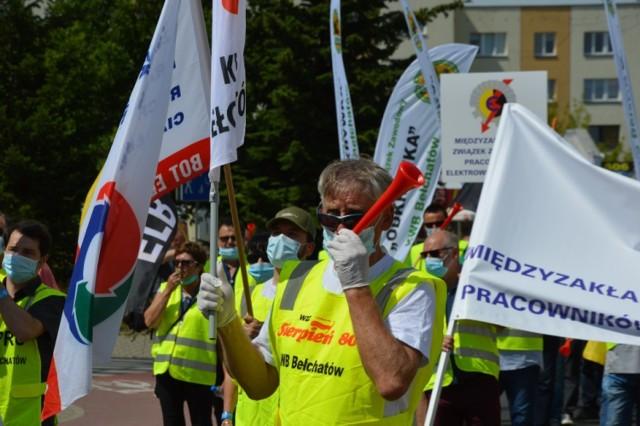 Pikieta związków zawodowych z kopalni i elektrowni Bełchatów przezd PGE GIEK w Bełchatowie
