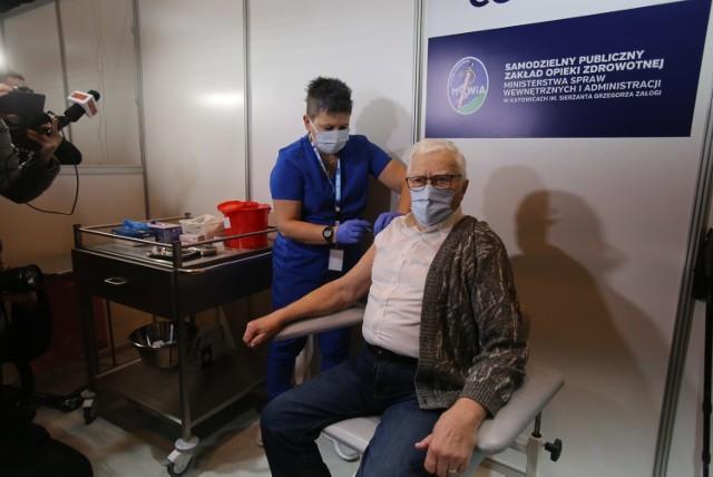 Szczepienie przeciw COVID-19. W woj. śląskim pierwszy senior  zaszczepiony. To Włodzimierz Czechowski, 87-letni kombatant