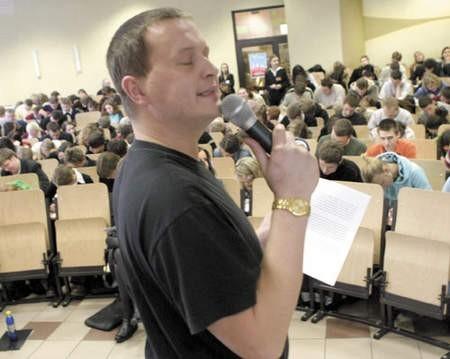 Kevin Aiston starał się podpowiadać maturzystom nawet mimiką i intonacją.