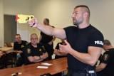 Policja uczy kaliskich strażników miejskich jak posługiwać się paralizatorem. ZDJĘCIA