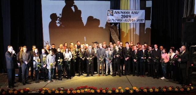 """Zbiorowe zdjęcie laureatów """"Dokonań roku 2009"""""""