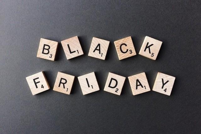 """Co kupić na Black Friday 2020?. To świetna okazja, by przed Świętami Bożego Narodzenia, zaopatrzyć się między innymi w zabawki, ponieważ wielkie sieci handlowe prześcigają się w ofertach. Promocje w niektórych sklepach sięgają nawet 80 procent. Wybraliśmy 40 najciekawszych ofert ze sklepów Smyk, Empik, Toys""""R""""Us.  Na kolejnych slajdach prezentujemy hity cenowe. Przeglądaj używając gestów lub strzałek >>>>"""