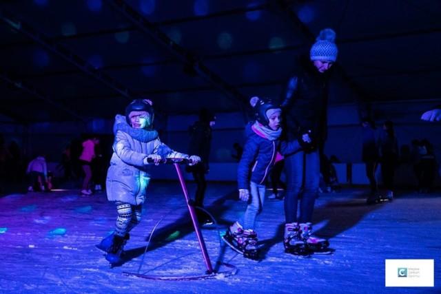 W ciągu kilku godzin na lodowisku miejskim trwała świetna zabawa