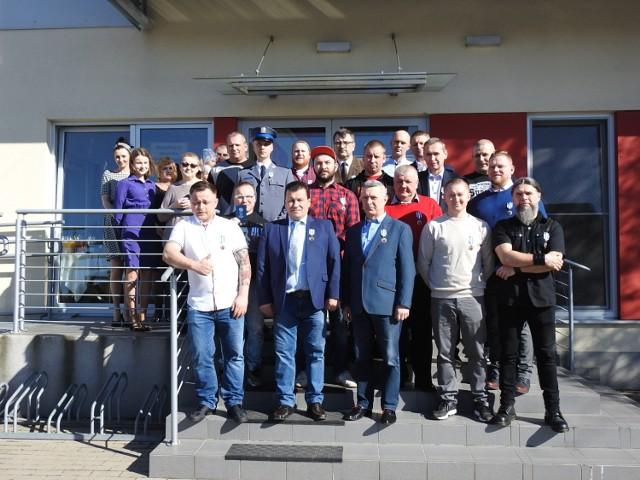 """Odznakę """"Honorowy Dawca Krwi – Zasłużony dla Zdrowia Narodu"""" otrzymało 22 krwiodawców z Bielska Podlaskiego."""