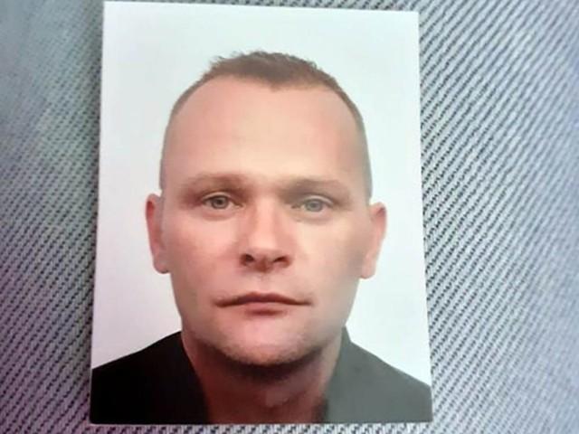 Tomasz Misiak ma znaki szczególne. Są to liczne tatuaże na plecach i przedramionach oraz wystająca lewa kość policzkowa.