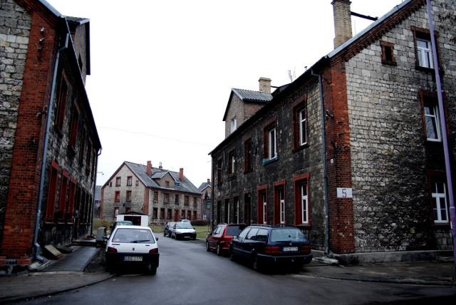 Samotni robotnicy mieszkali w domu noclegowym. W drewnianych komórkach hodowano kozy i świnie. Nie tylko stare robotnicze osiedle przypomina o przemysłowych tradycjach 750-letniego dziś miasta.