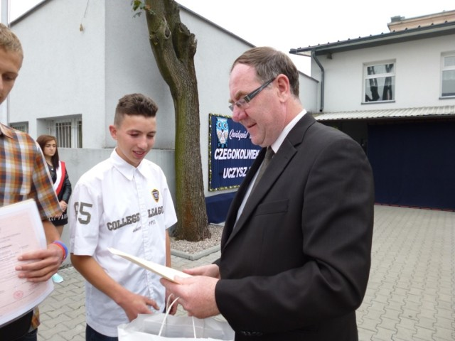 Komendant hufca brodnickiego Dariusz Malinowski w czasie zakończenia roku szkolnego nagrodził młodzież za aktywność.
