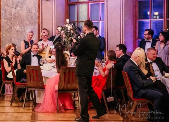 Tak w 2020 bawiły się władze Kędzierzyna-Koźla. W skład oficjalnej delegacji na balu wchodzili m.in. prezydent Sabina Nowosielska i jej zastępcy Artur Maruszczak i Wojciech Jagiełło, wszyscy ze współmałżonkami. Zabawa trwała do 3.00 w nocy, były pokazy, tańce, licytacje charytatywne.