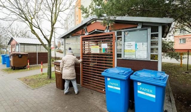 Od 2021 r. w Łodzi miał obowiązywać nowy system naliczania opłat za wywóz odpadów, za które łodzianie mieli płacić od ilości zużycia wody na osobę. Uchwałę uchyliła Regionalna Izba Obrachunkowa, co znaczy, że obowiązywał będzie stary system, jednak jest pewne, że opłata pójdzie w górę. Czytaj dalej na kolejnym slajdzie: kliknij strzałkę w prawo.