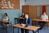 Młodzież rozpoczęła egzamin ósmoklasisty. W kilku placówkach przygotowania zakłóciły maile z informacją o podłożonym ładunku wybuchowym