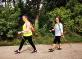 """Chodziescy """"Kijomaniacy"""" na podium w Lubaszu. Fascynaci nordic walking uczą prawidłowego chodzenia z kijkami"""