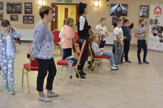 Uczniowie klasy trzeciej z Wielgiego na warsztatach teatralnych z aktorką Baja Pomorskiego w Toruniu