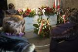Krakowianie odwiedzają nowy grób Lecha i Marii Kaczyńskich [ZDJĘCIA]