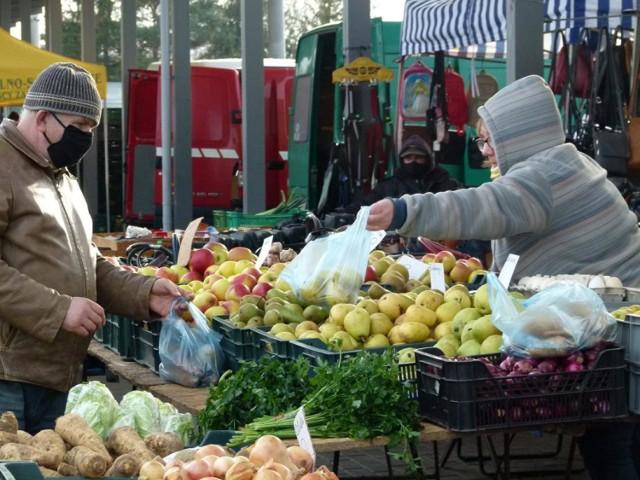 Styczniowy handel na targowisku miejskim w Zduńskiej Woli. Podajemy ceny