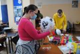 Jak zrobić piniatę? Młodzież z OHP prezentuje mieszkańcom Szamocina zwyczaje z Hiszpanii