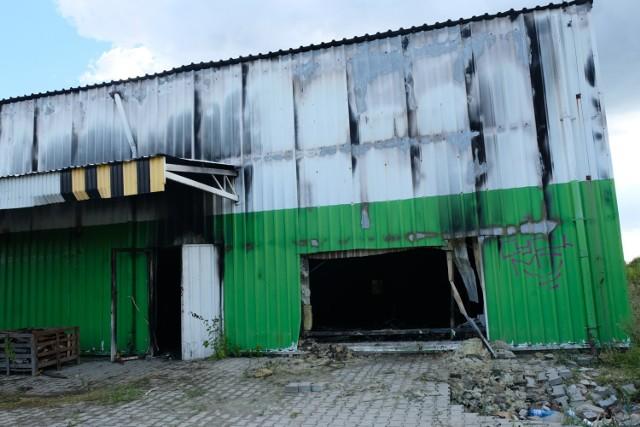 Tak wygląda hala po pożarze. Z zewnątrz zniszczenia nie są widoczne, w środku wszystko jest czarne, wypalone, czuć zapach spalenizny.