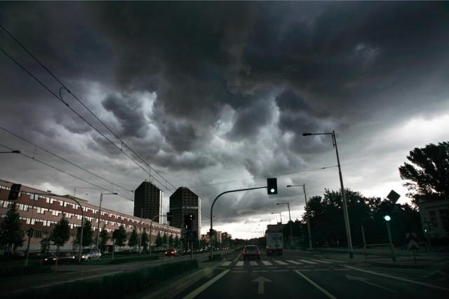 IMGW przygotowało dla Dolnego Śląska prognozy zagrożeń na kolejne trzy doby. Co oznaczają prognozy zagrożeń? Na razie to taka informacja zagrożeniach pogodowych z wyprzedzeniem, jeśli sytuacja będzie się rozwijała według tych prognoz, codziennie będą jeszcze wydawane konkretne ostrzeżenia. Zobaczcie przewidywane zagrożenia do poniedziałku:   * SOBOTA - Od 7:30 2020-07-18 do 7:30 2020-07-19: - Zjawisko: Burze - Stopień zagrożenia: 1 - Przebieg: Po południu i początkowo w nocy, głównie na wschodzie województwa, możliwe są burze z opadami deszczu do 20 mm, oraz porywami wiatru do 60 km/h.  * NIEDZIELA: - Od 7:30 2020-07-19 do 7:30 2020-07-20: - Zjawisko: Burze z gradem - Stopień zagrożenia: 1 - Przebieg: Po południu i początkowo w nocy prognozuje się wystąpienie burz z opadami deszczu około 25 mm, oraz porywami wiatru do 60 km/h. Lokalnie opady gradu.  * PONIEDZIAŁEK: - Od 7:30 2020-07-20 do 7:30 2020-07-21: - Zjawisko: Burze z gradem - Stopień zagrożenia: 1 - Przebieg: Prognozuje się wystąpienie burz z opadami deszczu około 25 mm, oraz porywami wiatru do 65 km/h. Lokalnie opady gradu.  ZOBACZCIE SZCZEGÓŁOWY OPIS PROGNOZY DLA DOLNEGO ŚLĄSKA NA NAJBLIŻSZE TRZY DNI NA KOLEJNYCH SLAJDACH