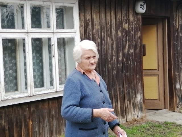 Ponad 90-letnia pani Janina czerpała wodę z ulicznego zdroju. Został jednak zlikwidowany z powodu budowy Trasy Łagiewnickiej.