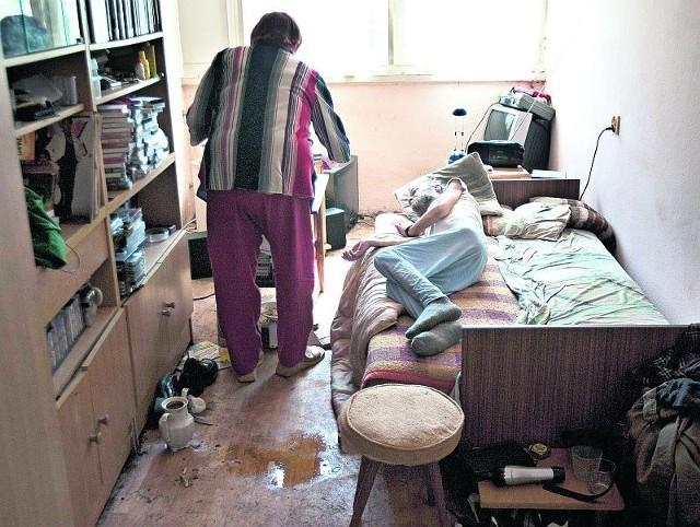 51-letni Mariusz I. wygląda jak żywy trup. Nie wstaje z łóżka, nie umie zrobić nic do jedzenia