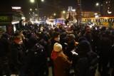 Protest w Warszawie. Strajk Kobiet i antyfaszyści demonstrują przeciwko polityce rządu.''Chcą wprowadzić kaganiec na obywateli''