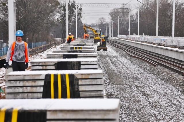 Rozpoczęły się prace przy układaniu torowiska pod nowym wiaduktem nad ulicą Długą. Pojadą tędy tramwaje, samochody, rowerzyści i przejdą piesi. Przystanki będą skomunikowane z nowo budowaną stacją kolejową Wrocław Szczepin.
