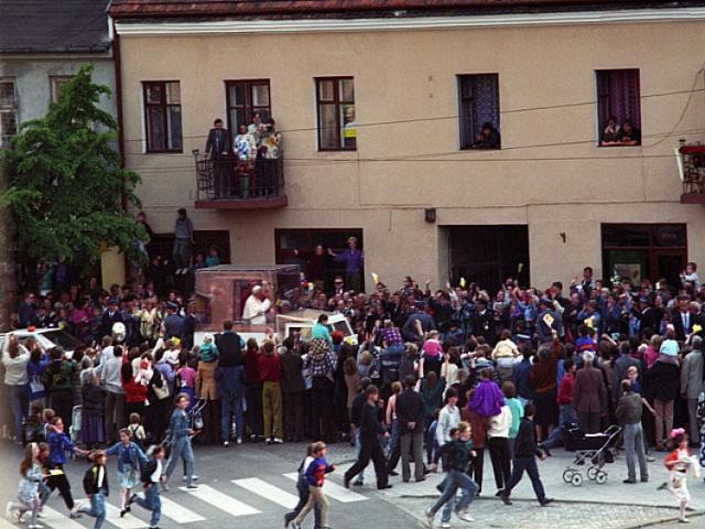 Po powitaniu na płycie stadionu Ojciec Święty wyruszył papamobile przez Włocławek  do katedry